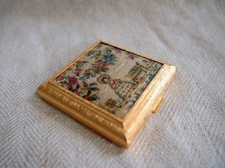 イギリス【REGENT ofLONDON】のゴブラン織風生地飾りのスモールコンパクト
