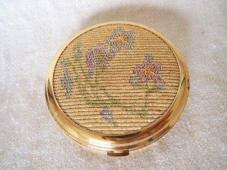 【NACON】シャンパンゴールドベースにブルー&ピンクの小花刺繍コンパクト/未使用品
