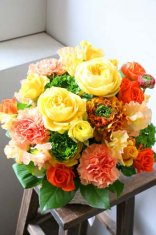 イエローオレンジの華やかアレンジメント