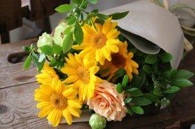 ひまわりとグリーンの花束