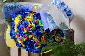 レインボーローズとブルーローズの花束