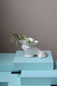hand motif white vase / 手のモチーフ横型花器