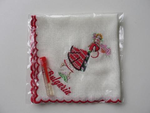 ブルガリア 刺繍ハンカチ(バラ摘みの少女)・ローズエッセンス付 0011