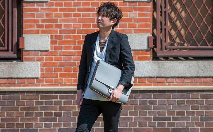 ビジネスにおすすめ、A4サイズでチャコールグレーの革のクラッチバッグ