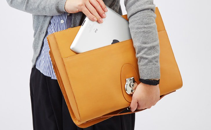 PCやタブレットが入る革のクラッチバッグ