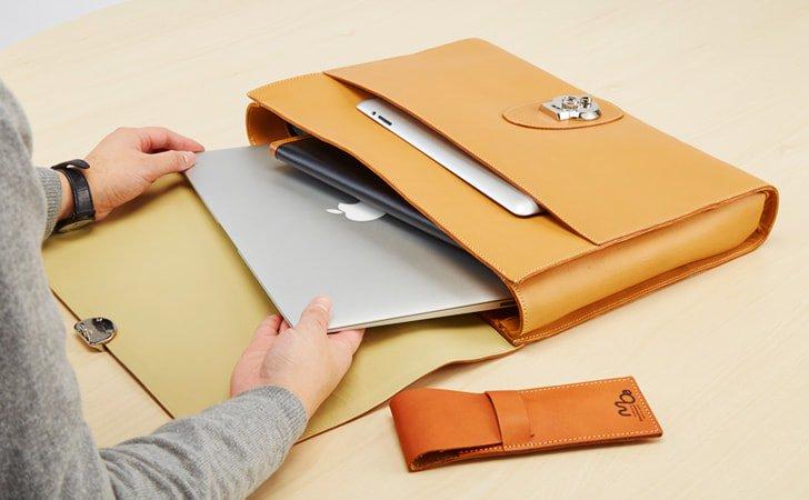 PCが入るビジネスに使える革のクラッチバッグ