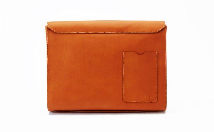 スマホが入る背面ポケット付きのレンガ色の革のクラッチバッグ