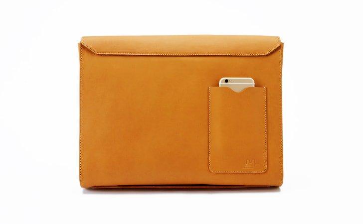 背面ポケット付きのおしゃれなキャメル色の革のクラッチバッグ