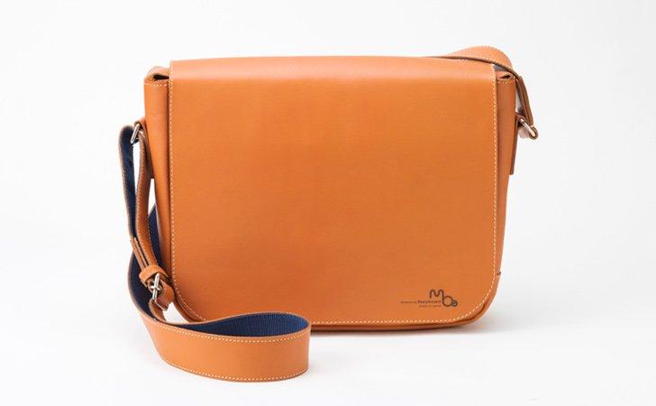 シンプルな革のショルダーバッグ。メンズ、レディースに人気のメッセンジャーバッグ