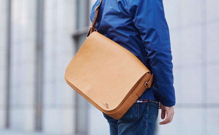PCが入るかっこいい革のメッセンジャーバッグ