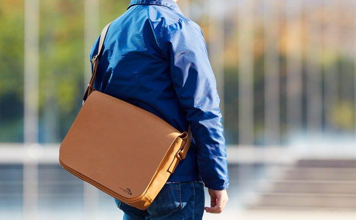 PCが入る革のメッセンジャーバッグ