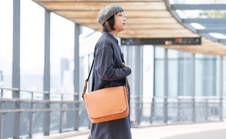 レディースに人気のB5サイズの革のメッセンジャーバッグ