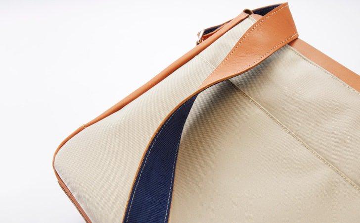 背面やストラップの裏側にビニールやPPテープを使用した革のショルダーバッグ