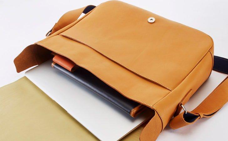 汗をかいても気にならない。裏面にナイロン素材を使った革のメッセンジャーバッグ