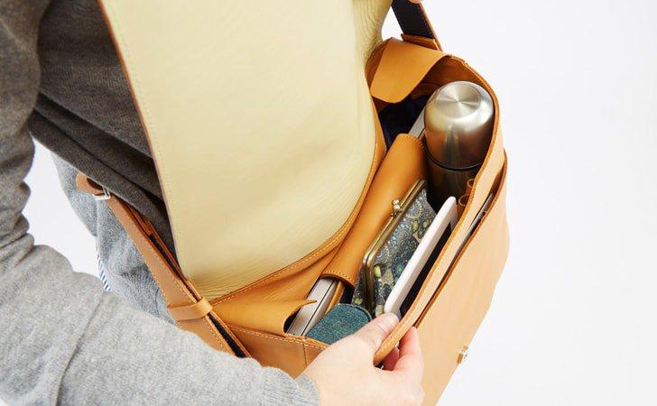ざっくりたくさん入る革のショルダーバッグ