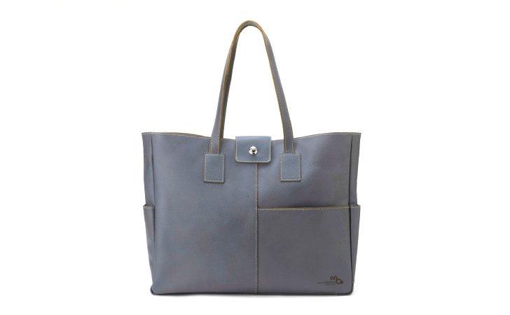 シンプルな革のトートバッグ。ビジネスに使えるカジュアルバッグ