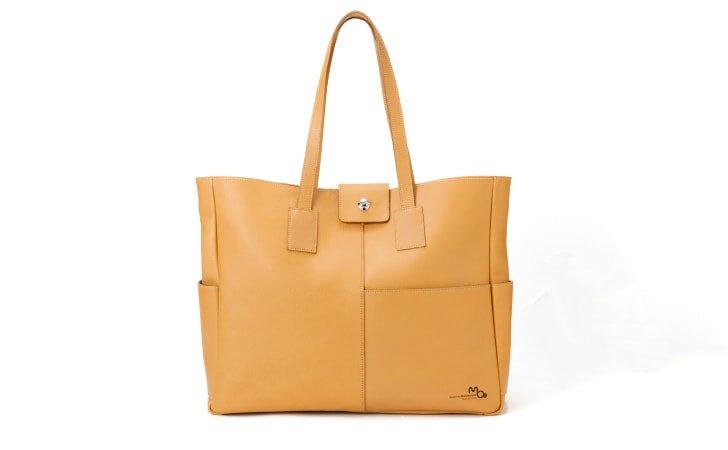 革のトートバッグ。通勤に使えるレディスに人気のキャメル色