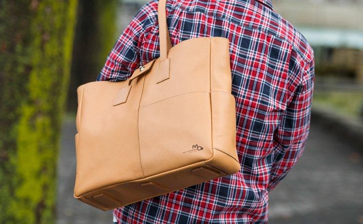 シンプルな使い勝手のいい革の肩掛けトートバッグ