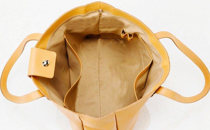 たくさん荷物が入るシンプルな革のトートバッグbae