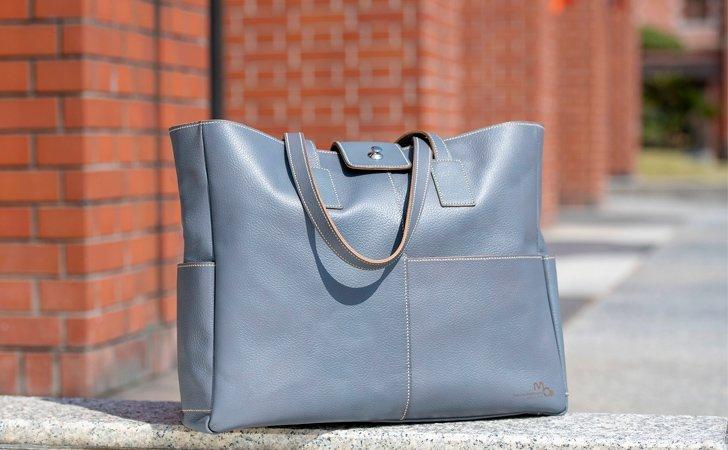 革のトートバッグ。ビジネスやカジュアルで使えるチャコールグレー