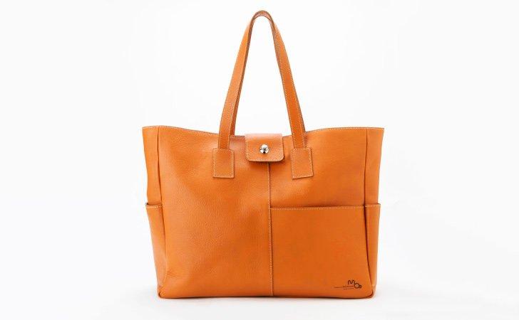シンプルな革のトートバッグ。通勤やビジネスにおすすすめレンガ色のカジュアルトート