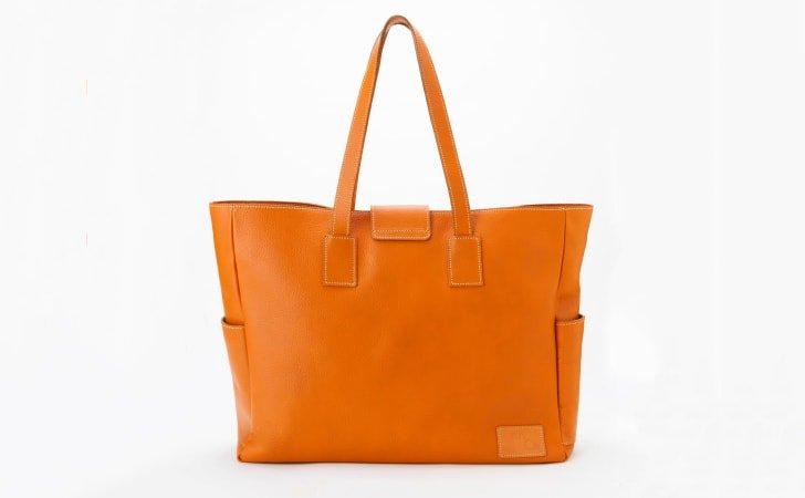 シンプルな革のトートバッグ。通勤やビジネスに使えるレンガ色