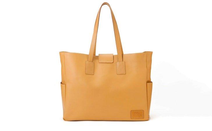 革のトートバッグ。通勤やカジュアルにおすすめのキャメル色