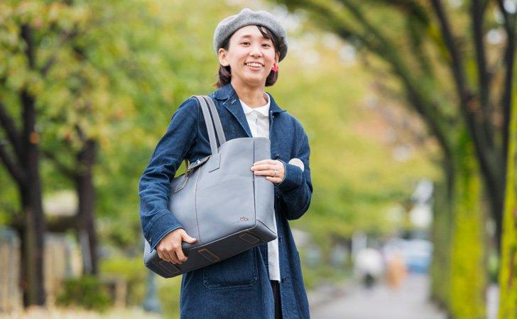 シンプルでビジネスにおすすめの革の肩掛けトートバッグ