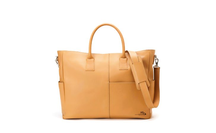 ビジネスとファッションを楽しむキャメルカラーの本革トートバッグ