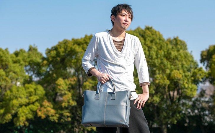 ビジネスやフォーマルに使えるチャコールグレーの革のトートバッグ