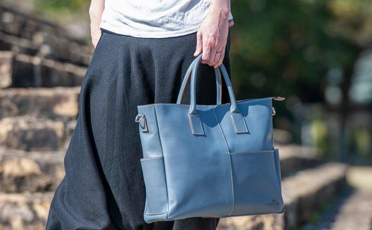 正面と両サイドのマチにポケットがある収納豊富な革のトートバッグ