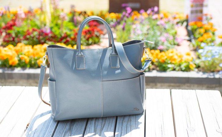 ビジネスやフォーマルな場面など使い回しのきくチャコールグレー革のトートバッグ