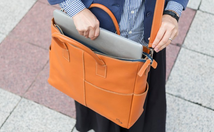 ビジネスにおすすめ、PCやタブレットが入る革のトートバッグ