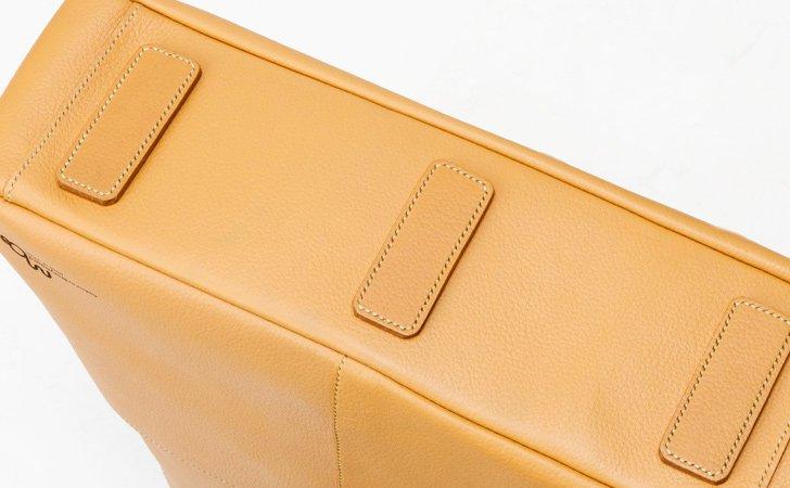 革のプレートを鋲にして安定感が増す革のトートバッグ