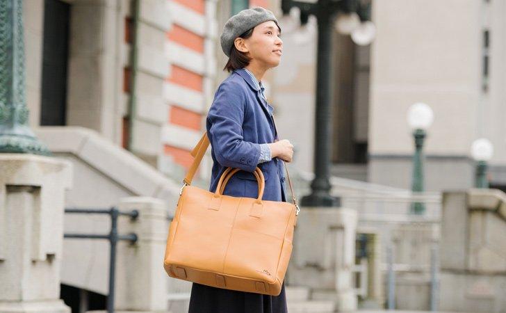 おやれなキャメルの革のビジネストートバッグ