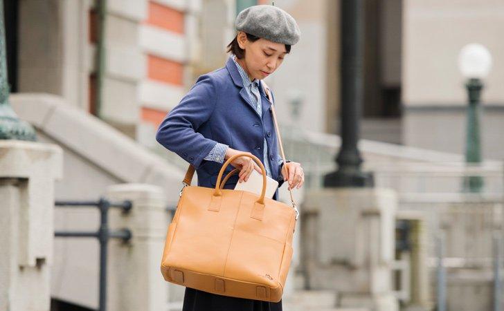 落ち着いた大人のチャコールグレーの革のビジネストートバッグ