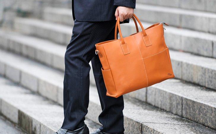 革のトートバッグ。おしゃれなメンズに人気のレンガ色