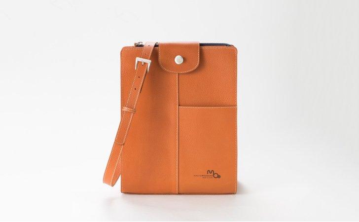高級感のあるレンガ色のショルダーバッグ