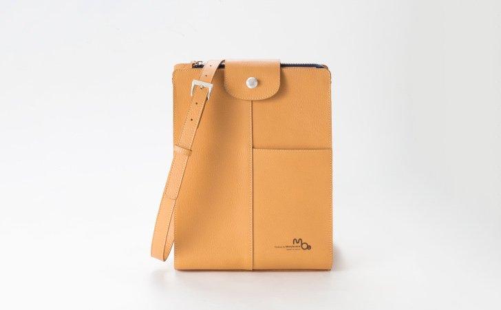 革で定番のキャメル色のショルダーバッグ