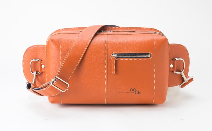 通勤や休日におすすめ!タブレットが入る大容量の革のボディバッグ