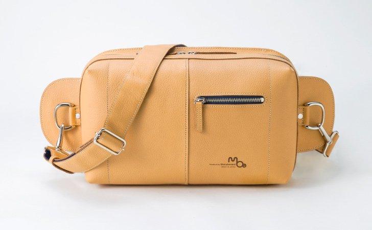 ポピュラーなキャメル色の革のボディバッグ