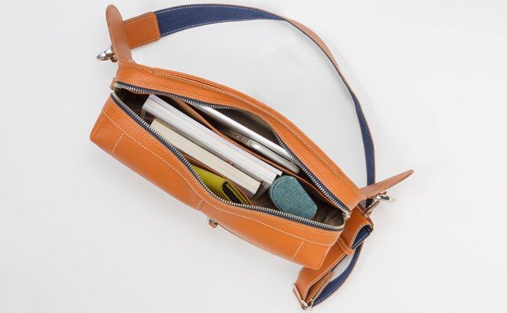 タブレットや折りたたみ傘が入る収納豊富なボディバッグ
