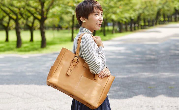 革のトートバッグ。通勤に使えるレディースのかわいいビジネスバッグ