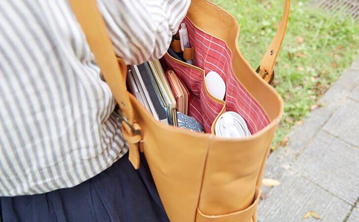 サイズ別のポケットでたくさん入る革のトートバッグ