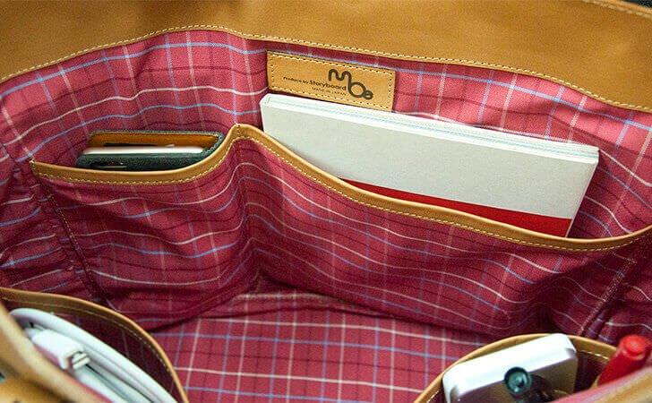 小物が入るポケット付きの革のトートバッグ