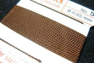 針がついているので通すの簡単。0号〜6号グリフィン糸(シルク)/ベージュ 2M
