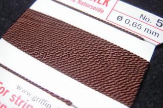 針がついているので通すの簡単。0号〜6号グリフィン糸(シルク)/ブラウン 2M