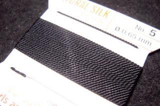 針がついているので通すの簡単。0号〜6号グリフィン糸(シルク)/ブラック 2M