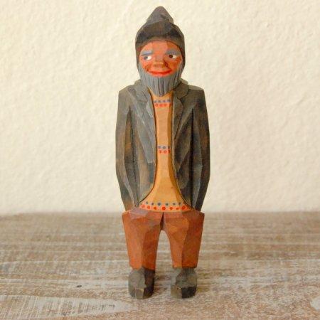 黒いジャケットを着た男 / 木彫人形 / Denmark