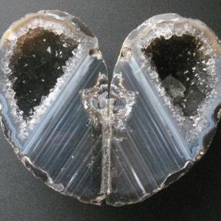 パワーストーンで知られるハート型のメノウの原石 夫婦グッズとして最適のインテリア置物 縦横高さ9.5×11×4.2cm